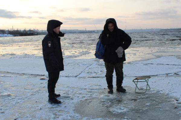 Некоторые рыбаки подошли к самой кромке льда