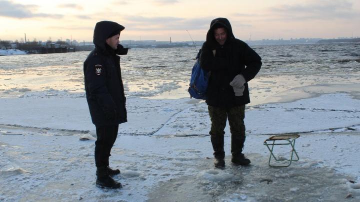 Сто пермяков вышли рыбачить на тонкий лед Камы. Полиция предупреждает — так делать не надо