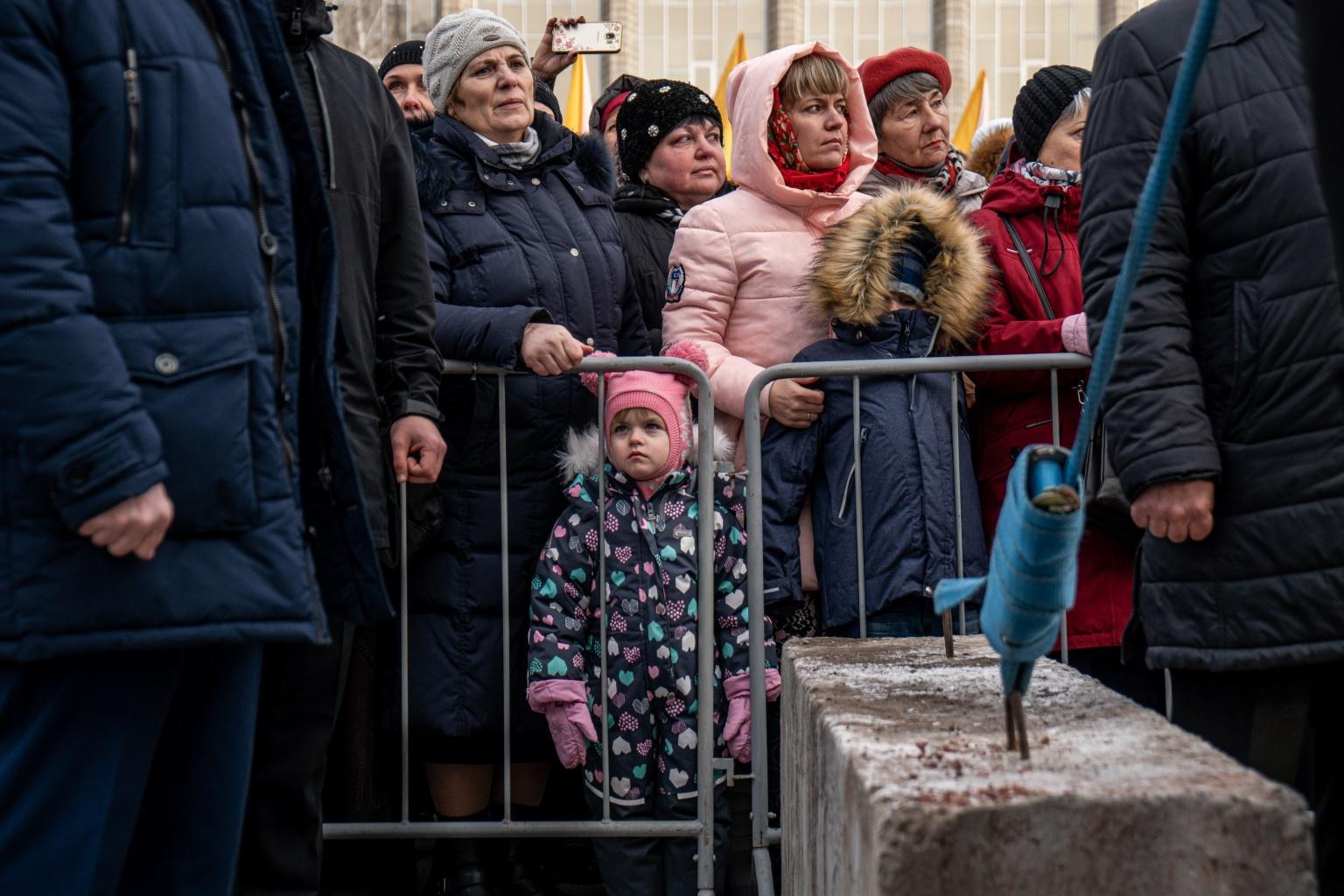 На площадь Пименова пришли новосибирцы разных возрастов