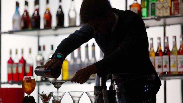 «Я плюнул ему в стакан»: челябинский бармен — о противных клиентах, «палёнке» и пьяных разборках