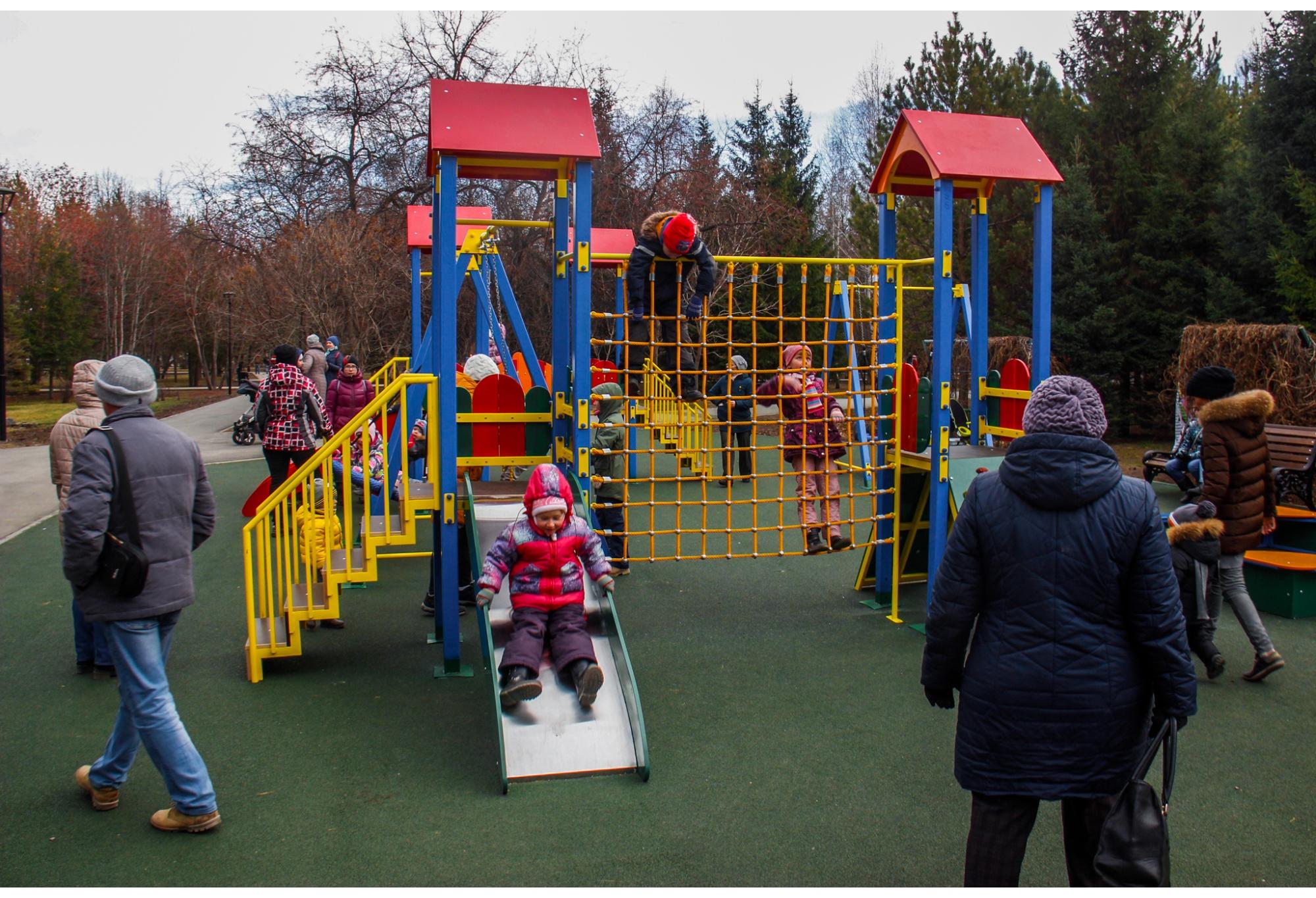 В парке заменили плитку и фонари, а также поставили новые детские площадки