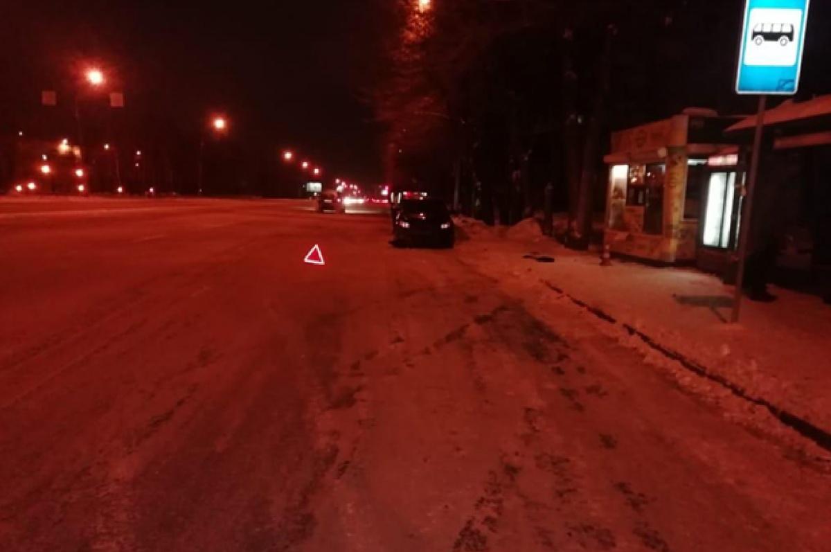 Сначала машина сбила пешехода, а потом врезалась в киоск