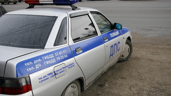 В Омске автомобиль без водителя наехал на машину и сбил двух человек