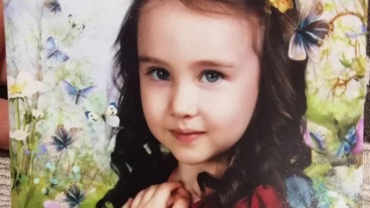 «Глазки приоткрывает, но на врачей не реагирует»: малышке, которая попала в ДТП на Эльмаше, провели операцию