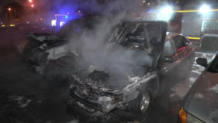 Хозяин не успел отогнать машину: в районе Автовокзала сгорели два автомобиля
