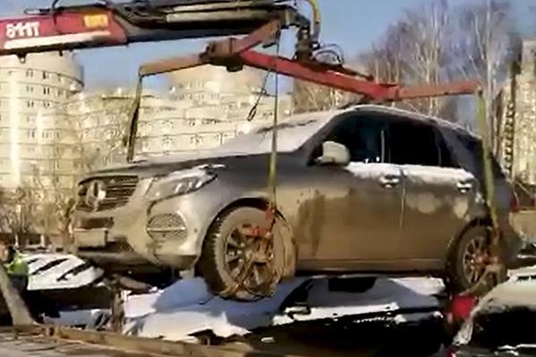 Сначала бизнесмен заявил, что отдал автомобиль в аренду, но приставы нашли его на платной стоянке недалеко от дома