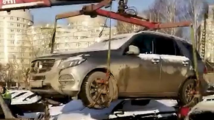 У бизнесмена из элитного дома на Никонова арестовали Mercedes и домашнюю технику