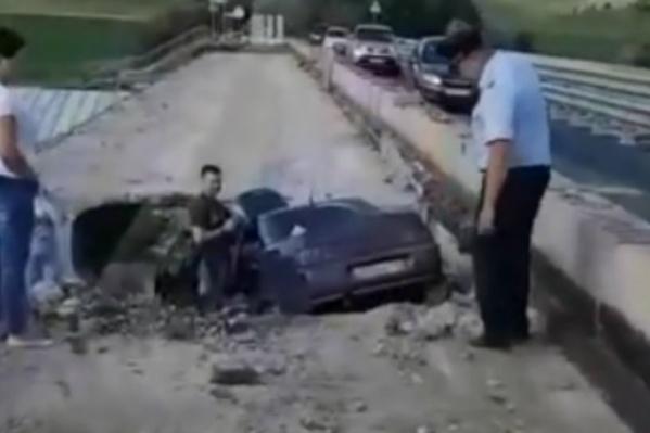 Автомобиль упал с высоты двух метров