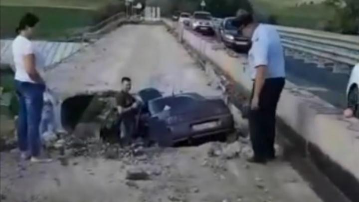 Дорожный провал: спасатели сняли на видео упавший с ремонтируемого моста автомобиль