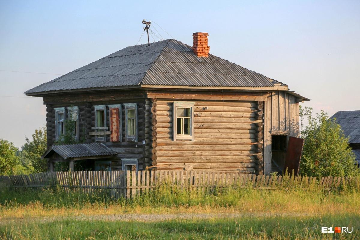 В деревне много брошенных, но еще вполне пригодных для жизни домов