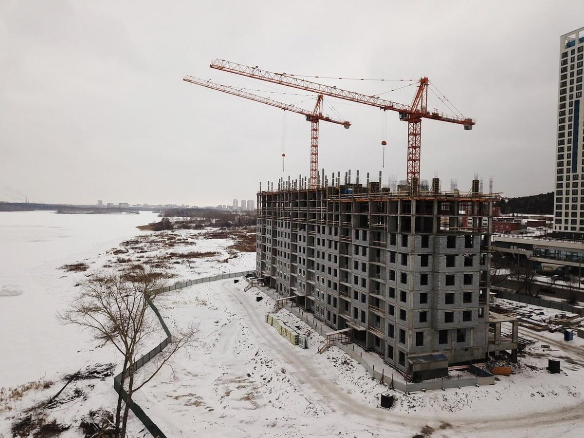 За полгода динамичной стройки первый дом квартала, названный «Медной горы хозяйка», поднялся на 11 этажей. Строители уже приступили к остеклению нижних жилых этажей здания