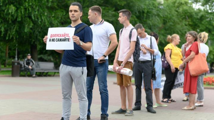 «Заломили руку и забрали листовки»: в Волгограде координатора штаба Навального допрашивает СК России
