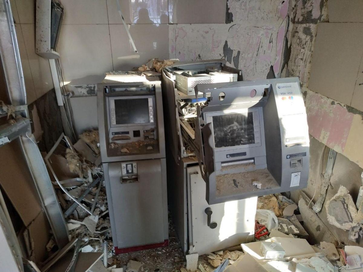 Взрыв вырвал в банке дверь и повредил банкоматы