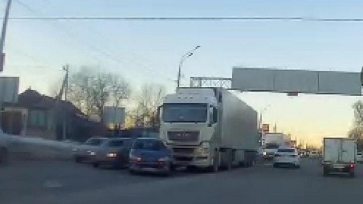 Тройная авария с фурой затруднила движение в Волгограде