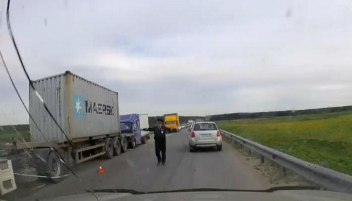 ЕКАД встал в огромную пробку под Березовским из-за столкновения фуры с «газелью»