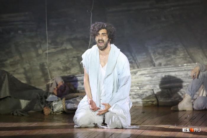 Актеры исполняли рок-оперу на русском и английском языках
