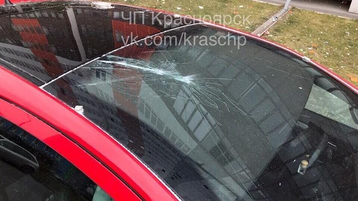 Кусок облицовочной плитки рухнул с 16-го этажа и повредил балконы и машины на Вильского