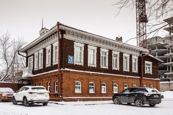 Дом на улице Красноярской, 28 принадлежал некоему А.Матвееву — известно, что он занимался промышленно-финансовыми делами. Сегодня в здании работает «Клиника доктора Панова»