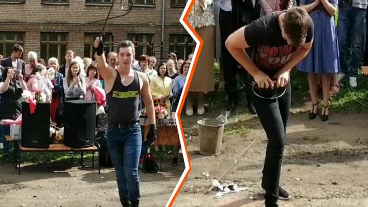 В Ярославле на линейке школьник погнул сковородку