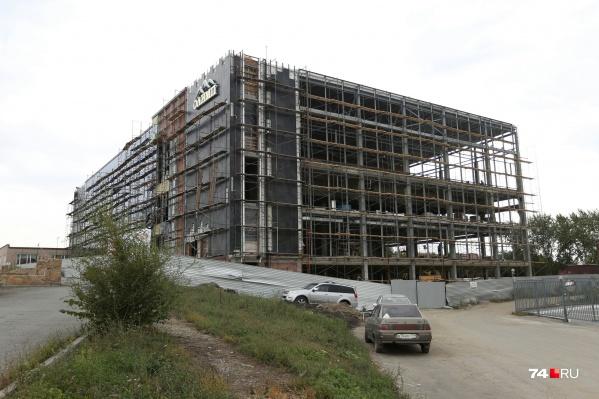 Фасад нового спортивного комплекса выходит на улицу Братьев Кашириных