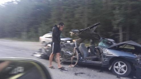На Бердском шоссе столкнулись две фуры и седан: водителя Nissan пришлось вырезать из машины