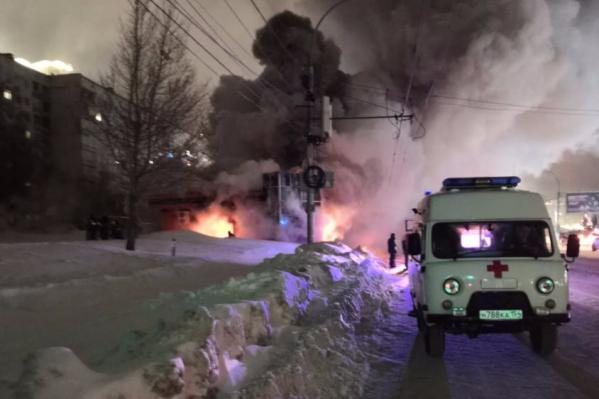 На место стянулись не только пожарные, но и скорая помощь