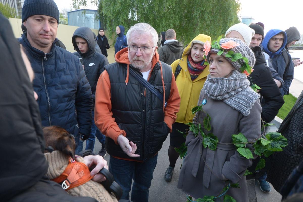 Общественник Алексей Беззуб и депутат Константин Киселев обсуждают с горожанами новые места для храма