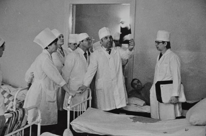 Со снимком в руках — Альберт Крыжановский, его именем сейчас назван онкодиспансер