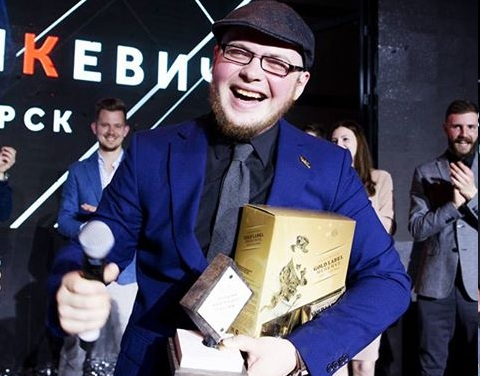 Максим Гладышкевич получает кубок Diageo Reserve World Class в Москве