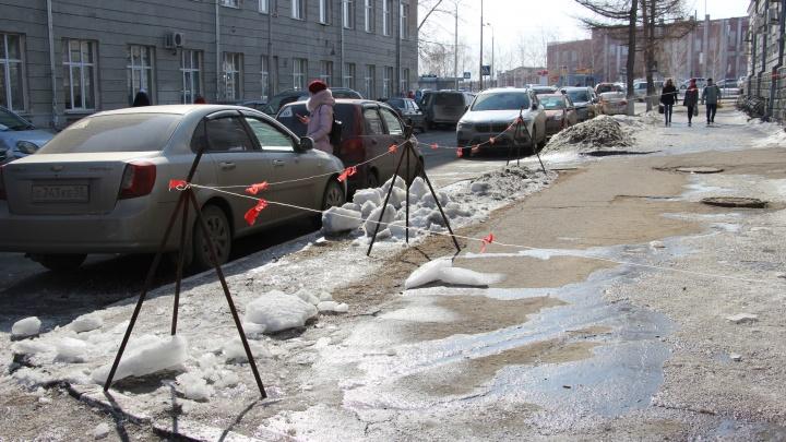 18-летнего омича, на которого упала глыба льда, выписали из больницы