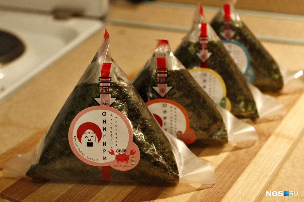 Каждое онигири запаковано в плёнку, так что треугольник можно просто положить в сумку