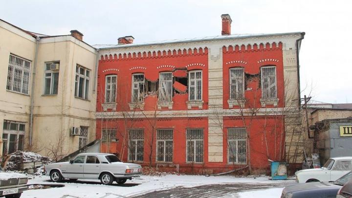 «Его можно спасти»: ещё одно историческое здание в центре стали разрушать