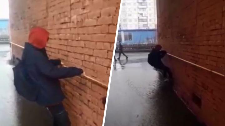 В Норильске жителям приходится обходить огромные лужи по стенам