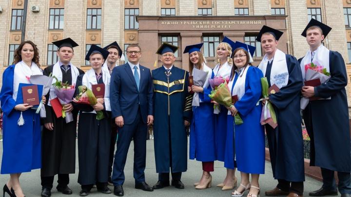 «Знак качества современного образования»: выпускникам ЮУрГУ вручили дипломы
