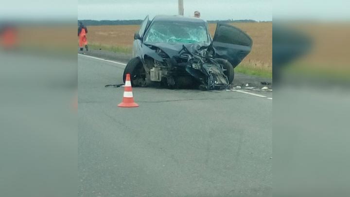 Трое взрослых погибли, двое детей в больнице: на тюменской трассе Škoda устроила ДТП с двумя авто