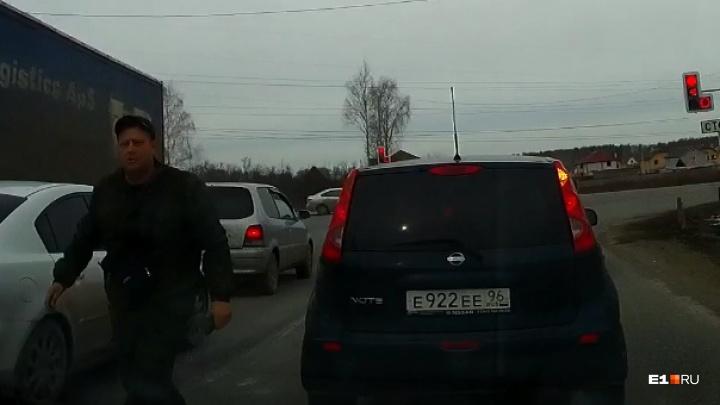 В Екатеринбурге автохам на Nissan устроил дорожные разборки, пытаясь подрезать другую машину: видео