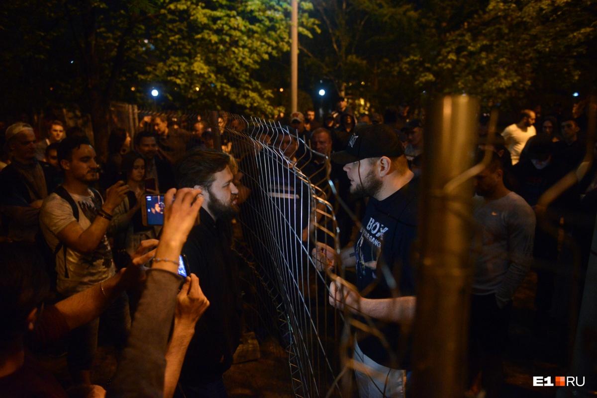 Протестующие и спортсмены кричали и оскорбляли друг друга через забор. Так продолжалось до самого утра