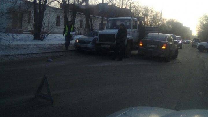 На Комсомольской скопилась пробка из-за столкновения грузовика и двух легковушек