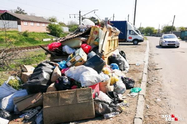 Стихийные свалки можно видеть по всему Ростову