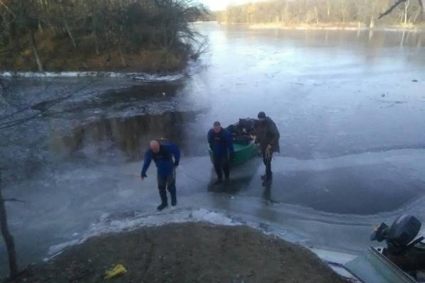 Водолазы работали на неокрепшем льду Волги