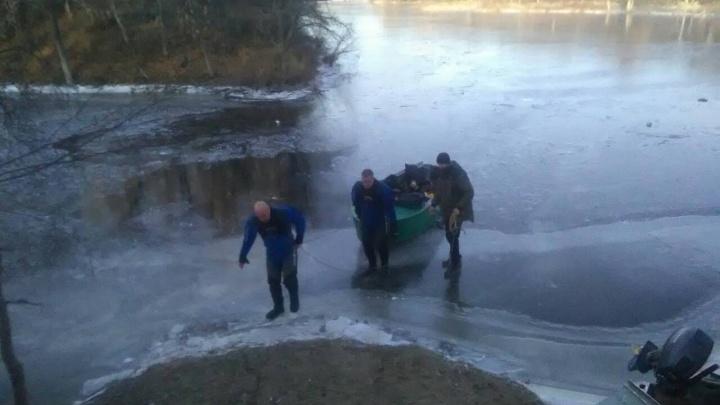 В Самарской области утонувшего рыбака нашли по сапогам на льду