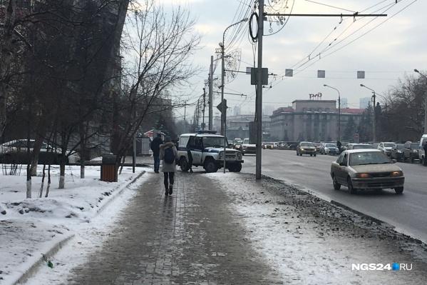 Автомобили полиции стоят по периметру