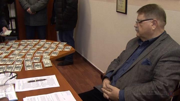 Брал рублями и долларами: получивший срок замдиректора ВолгГТУ заплатит родине миллион