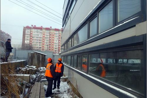 Сегодня рабочие приступили к демонтажу окон