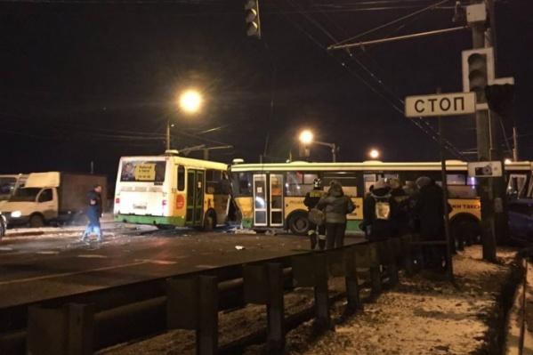 На водителя автобуса, устроившего смертельное ДТП в Ярославле, завели уголовное дело