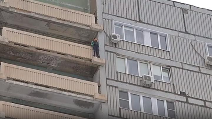 «Успокойся, все будет хорошо»: в Тольятти спасатели сняли с козырька балкона 15-го этажа девушку