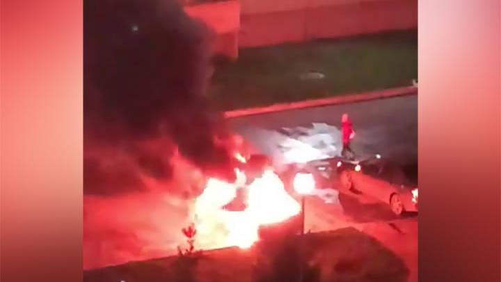 Во дворе дома в Калининском районе вспыхнул автомобиль