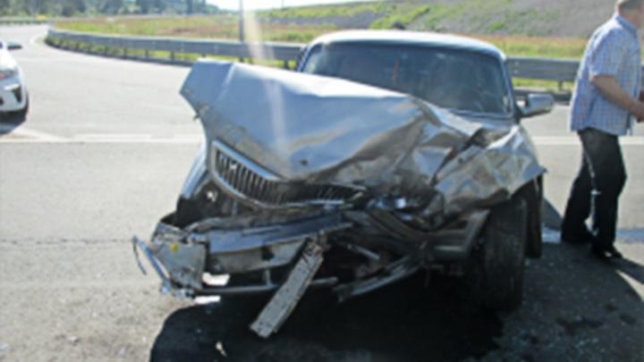 Капот «Волги» смяло в гармошку: в аварии в Ярославле пострадали люди