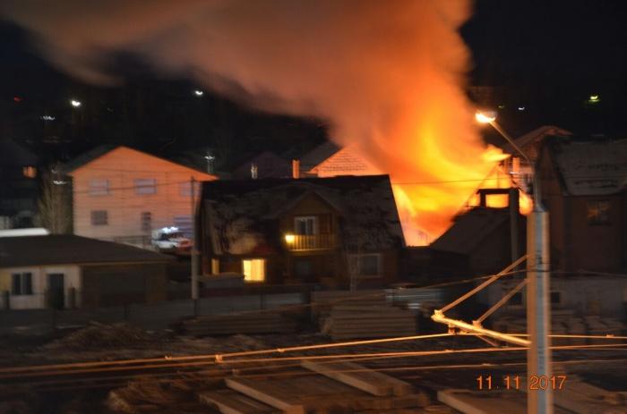 Дом загорелся около 21:00