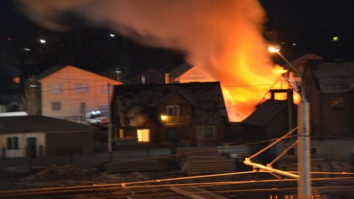 «От дома остался только каркас»: в Ленинском районе потушили мощный пожар в частном секторе